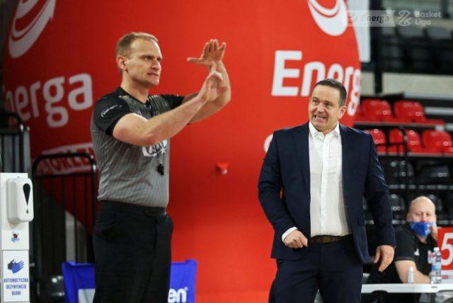Sędzia Michał Proc i trener David Dedek / fot. A. Romański, plk.pl