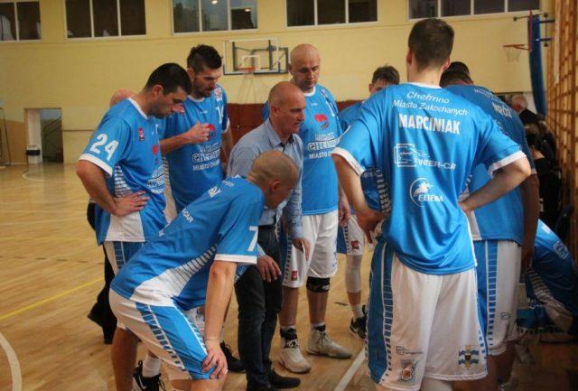 Trener Mirosław Gajewski i jego drużyna / fot. sportowechelmno.pl